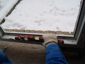 Проверка уровня установленного окна в трех плоскостях
