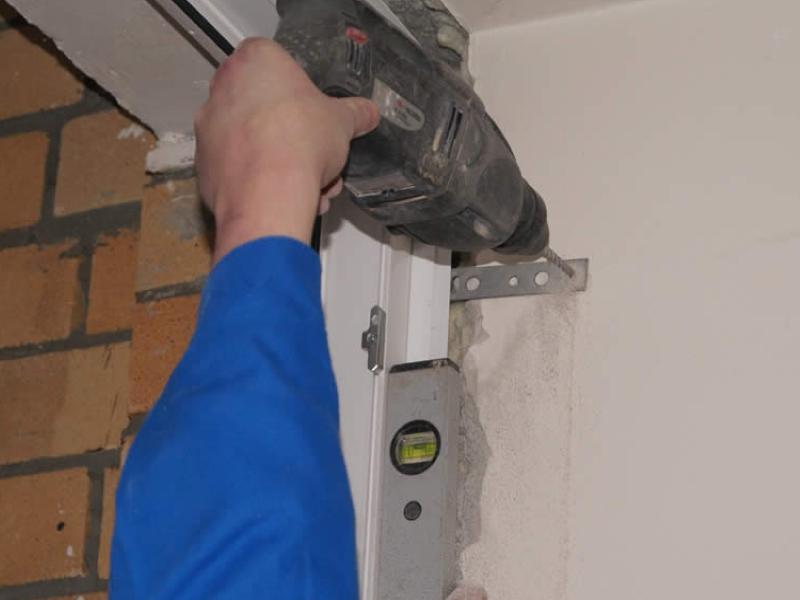 Недостаточное количество креплений к стене
